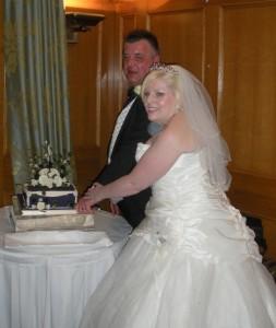 Keith & Tigi cutting the cake